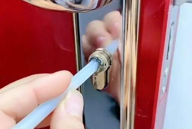 钥匙断在锁孔里怎么办?教你一招不用再花钱请开锁师傅,自己搞定