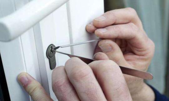 防盗门被反锁后我们怎么从外面开锁?